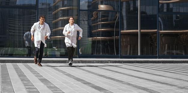 En pleine croissance. professionnels de la santé qui courent à la rescousse. photo avec un espace de copie.