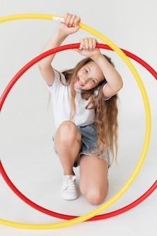 Pleine fille tenant des cercles