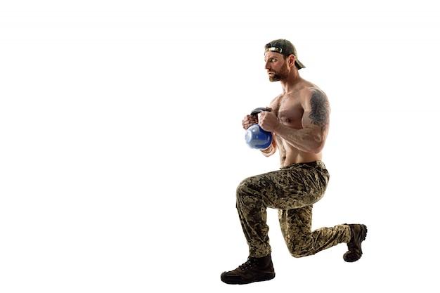 Pleine grandeur, vue latérale portrait de succès, professionnel, attrayant, homme concentré montrant comment faire des fentes avant, arrière avec poids, isolé sur blanc