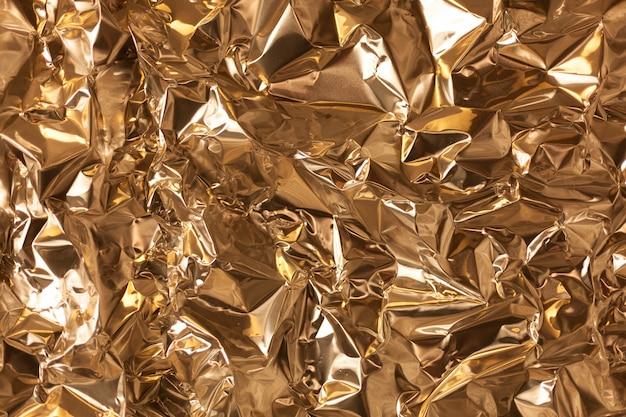 Pleine image prend une feuille de papier d'aluminium d'argent froissé
