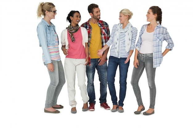 Pleine longueur de jeunes habillés avec désinvolture