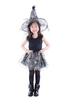 Pleine longueur de petite fille asiatique portant un costume de sorcière pour halloween