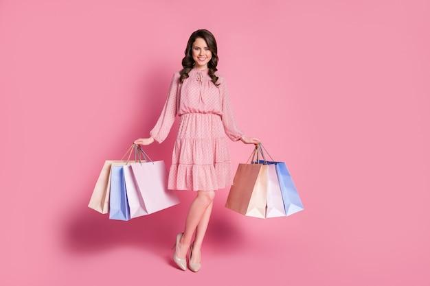 Pleine longueur positive charmante charmante dame fille faire du shopping