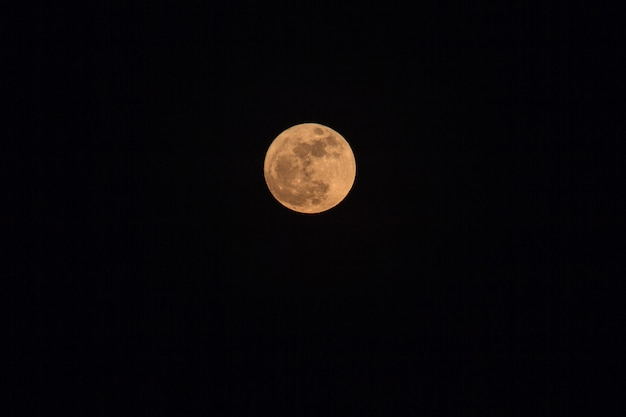 Pleine lune sur un ciel noir et sombre la nuit, mise au point sélective