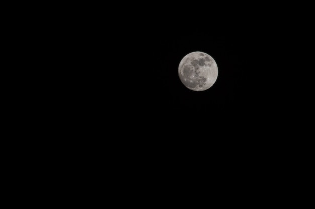 Pleine lune sur ciel sombre