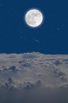 Pleine lune sur cloudscape