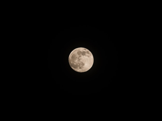 Pleine lune dans le ciel nocturne.