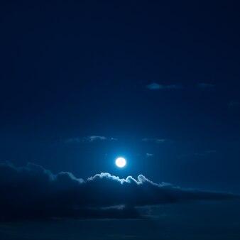 Pleine lune dans le ciel.
