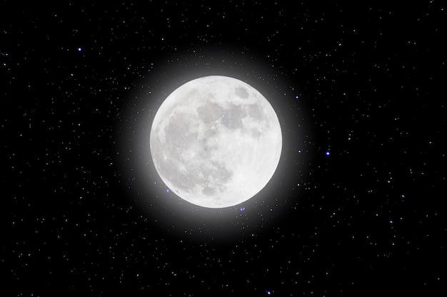 Pleine lune dans l'espace au-dessus des étoiles avec du bois.supermoon.