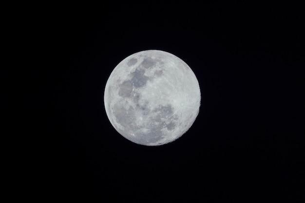 Pleine lune sur fond sombre