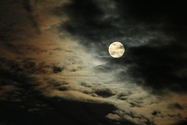 Pleine lune et nuages