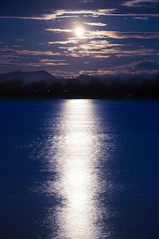 Pleine lune qui brille sur la rivière.
