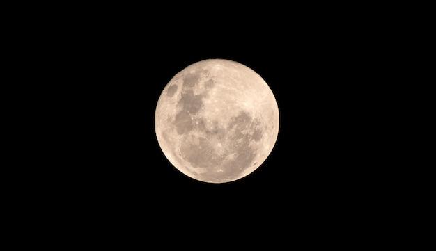 Pleine lune de sang dans la nuit noire