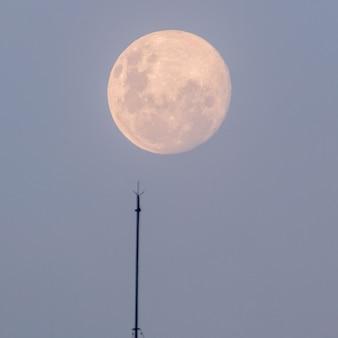 Pleine lune se levant vu à la plage d'ipanema à rio de janeiro au brésil.