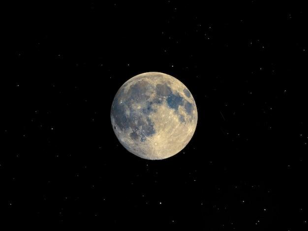 Pleine lune vue au télescope, ciel étoilé