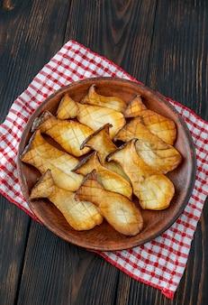 Pleurotes frites sur l'assiette de service : vue de dessus