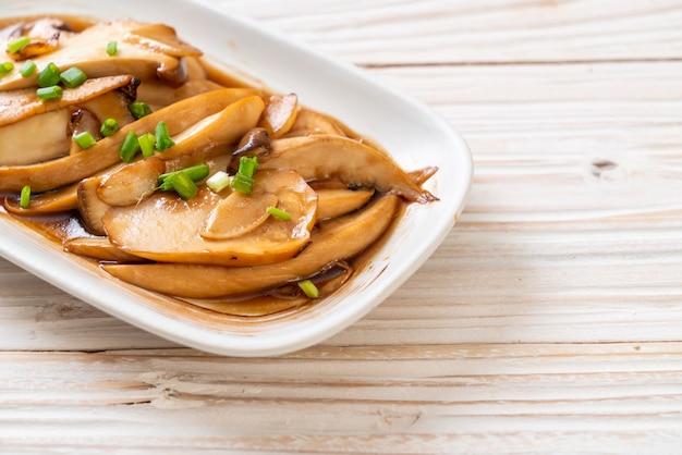 Pleurotes sautées à la sauce aux huîtres - style alimentaire sain, végétalien ou végétarien