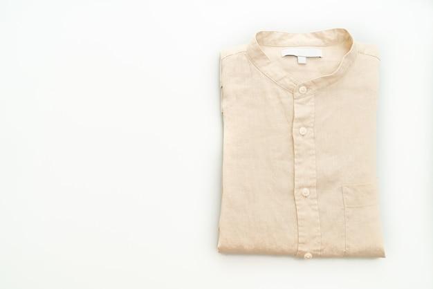 Pli de chemise beige isolé sur fond blanc