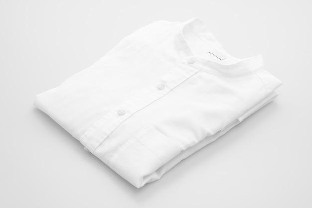 Pli de chemise blanche sur fond blanc