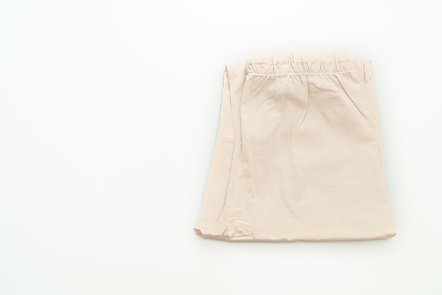 Pli de pantalon beige isolé sur fond blanc