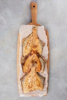 Plie grillée sur une planche de chêne. mise à plat.