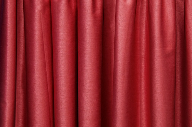 Plis verticaux de tissu bordeaux. texture de tissu abstrait.