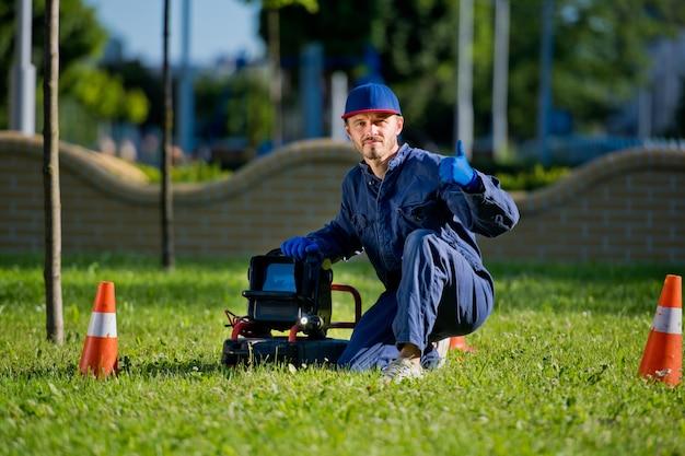 Le plombier avec caméra portable pour l'inspection des tuyaux et autres travaux de plomberie.