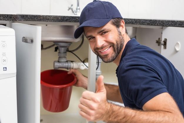 Plombier de fixation sous l'évier