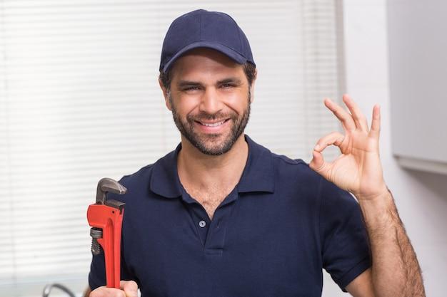 Plombier occasionnel, souriant à la caméra