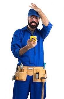 Plombier parlant au mobile