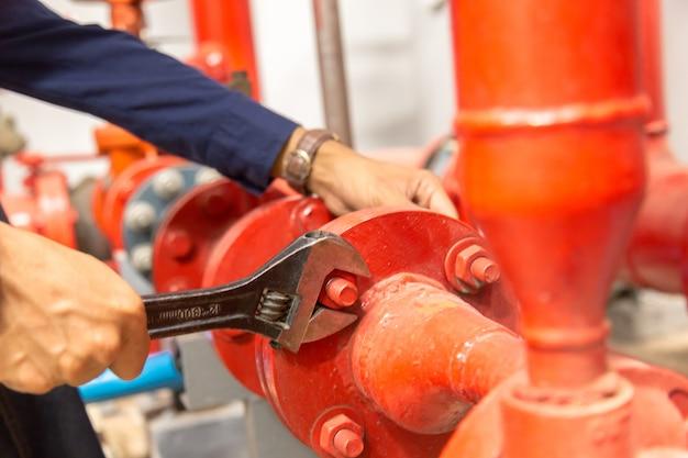Plombier réparant et effectuant la maintenance de grandes canalisations d'eau