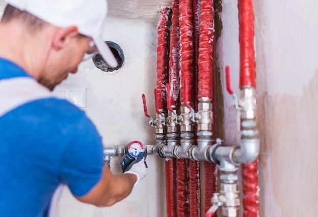Plombier vérification de l'approvisionnement en eau