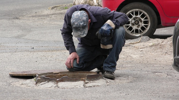 Plombiers travaille pour rétablir l'approvisionnement en eau de la maison