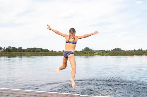 Plongée. une adolescente s'amuse et s'éclabousse dans l'eau.