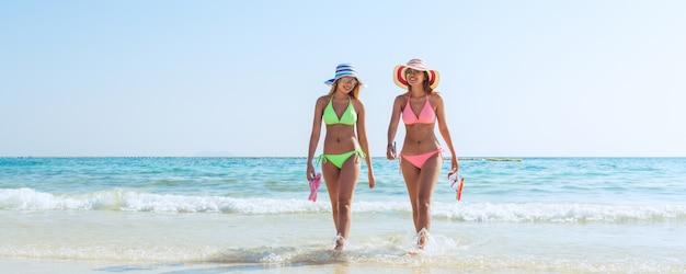 Plongée en plongée avec masque et ailerons. femme en bikini reposant sur l'été escapade tropicale faisant de l'activité de plongée en apnée avec des rameaux de tuba de tuba bronzage. banner crop for copy space
