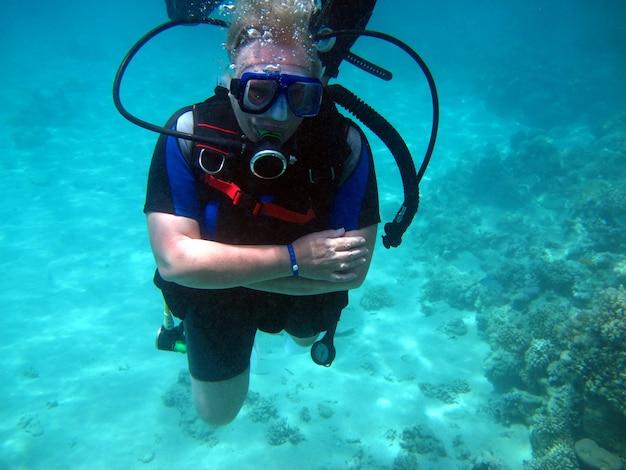 Plongée sous-marine femme et beau récif de corail coloré sous l'eau