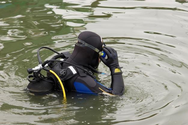 Plongeur entrant dans l'eau