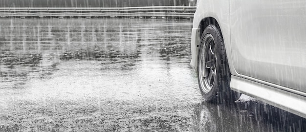 Pluie abondante et flaques d'eau sur la route