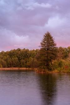 Pluie d'automne matinale sur un lac bleu à kazan. paysage d'automne au lever du soleil. russie.