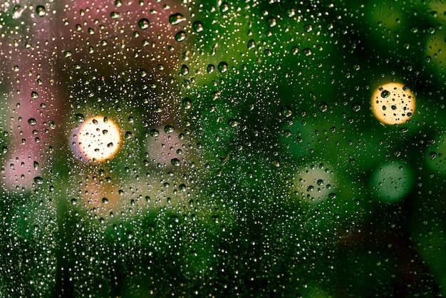 La pluie tombe sur la fenêtre