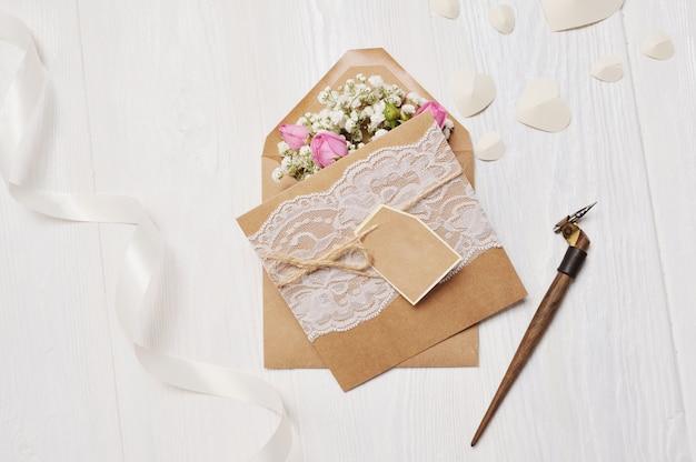 Plume calligraphique une enveloppe avec des fleurs et une lettre, carte de voeux pour la saint valentin