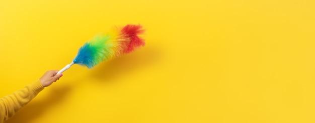 Plumeau coloré à la main sur jaune