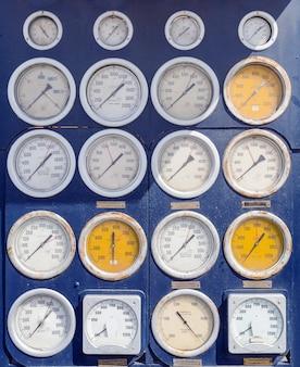 Pluralité de cadrans et de jauges blancs circulaires pour mesurer un contrôle précis