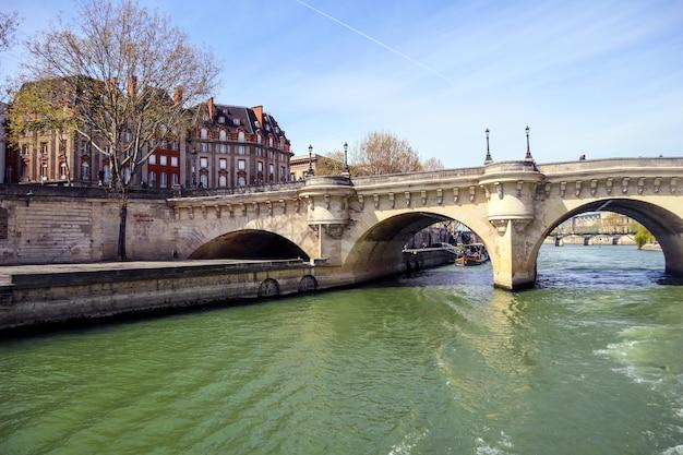Le plus ancien pont pont neuf sur la seine à paris france avril