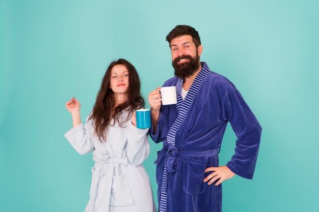 Plus de café. détendez-vous avec un café. bonne journée en famille. homme et femme boivent une tasse de thé. passer du bon temps à la maison. couple amoureux profiter du matin. portez une robe confortable. c'est délicieux. l'heure du déjeuner.
