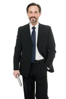 Plus confiant et ambitieux que jamais dans sa carrière. heureux homme d'affaires isolé sur blanc. homme d'affaires ou entrepreneur élégant. homme d'affaires mature en tenue de soirée. homme d'affaires professionnel dans le style d'affaires.