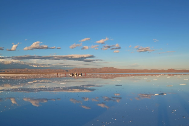 Le plus grand miroir du monde, effet miroir sur les plaines salées du salar de uyuni, en bolivie