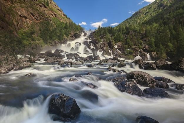 La plus grande cascade de l'altaï dans le profond canyon de la rivière tschultscha