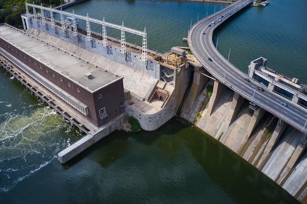La plus grande centrale hydroélectrique sur le fleuve dniepr à zaporozhye.
