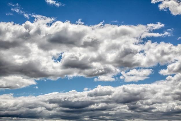 Le plus de nuages dans le ciel bleu pour le fond à new york, usa